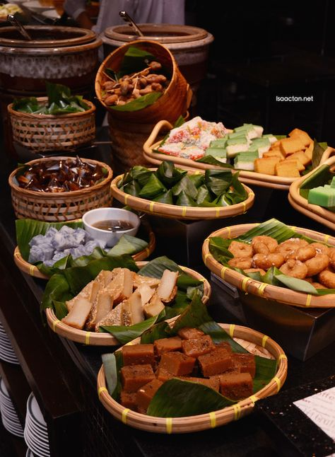 Traditional Malay kuihs Thai Restaurant, Catering Food Displays, Catering Buffet, Catering Ideas, Filipiniana Wedding Theme, Buffet Set, Party Buffet, Malay Food, Food Platters