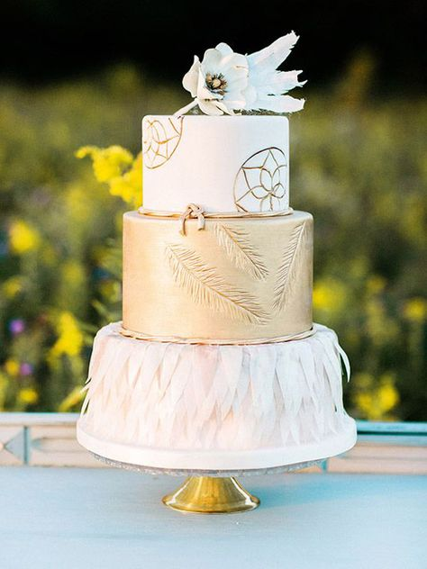 dreamcatcher wedding cake with feahter features