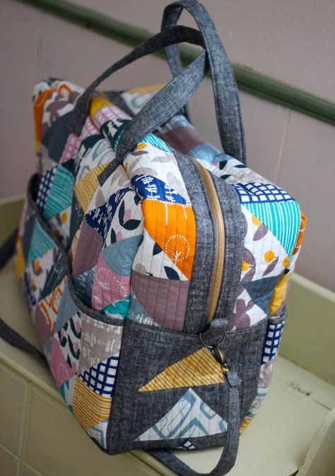 london duffle bag pattern - Try solid Colours Duffle Bag Patterns, Handbag Patterns, Bag Patterns To Sew, Sewing Patterns, Patchwork Bags, Quilted Bag, Bag Quilt, Sac Lunch, Diy Handbag