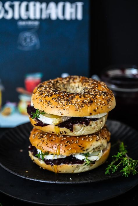 Bagel mit Portwein Zwiebelkonfitüre, Ziegenkäse, Honig und Thymian - Selbstgemacht das Kochbuch - bagel with onion jam, goats cheese, thyme and honey