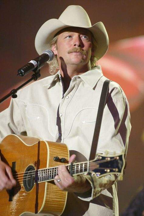 "Alan Jackson rehearses for the Academy of Country Music Awards"" at the Uni… Alan Jackson rehearses for the Academy of Country Music Awards"" at the Universal Amphitheatre on May 2002 Black Music Artists, Famous Music Artists, Christian Music Artists, Country Music Artists, Male Country Singers, Country Musicians, Country Music Awards, Country Music Videos, Blues Music"