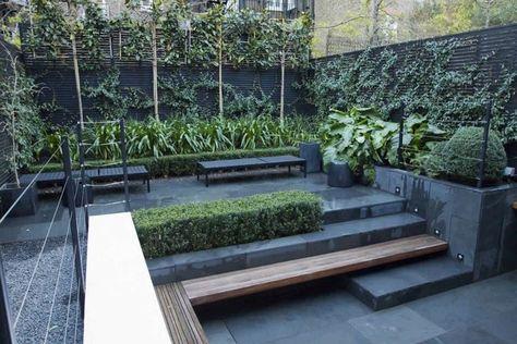 Ein kleiner Garten im modernen Stil aus dunklem Stein und Pflanzen - sitzecke im garten gestalten 70 essplatze