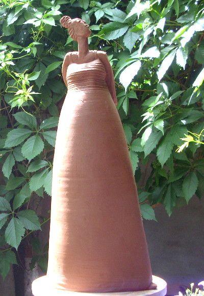Stolze Keramik Frauenfigur Fur Den Garten Von Anette Schroder Gartenkeramik Moderne Skulptur Skulpturen