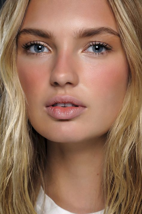 Minimal Beauty Trend Spring 2016 Make Up. Soft sun kissed look that goes from Spring to Summer. So pretty and natural.