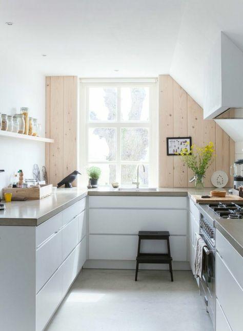 Petite cuisine équipée avec lu0027évier sous la fenêtre cuisine - fixer plan de travail cuisine