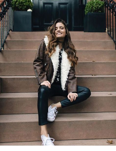 Start into your weekend with this perfect outfit. A brown leather jacket in combination with a black jeans and white sneaker.