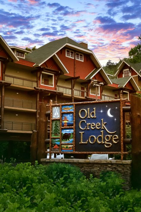 What do you look for in a hotel? Old Creek Lodge in Gatlinburg rests on the banks of the river and offers a fantastic downtown location, spacious guest rooms, private balconies, a free breakfast, & more! #gatlinburg #familytravel #smokymountains