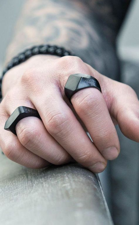 Anéis diferentes na cor preta