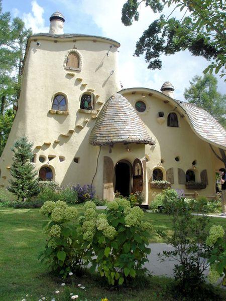Fairytale house with cat staircase! Organic Architecture, Amazing Architecture, Architecture Design, Casa Dos Hobbits, Crazy Houses, Cob Houses, Earth Bag Homes, Earthship Home, Fairytale House