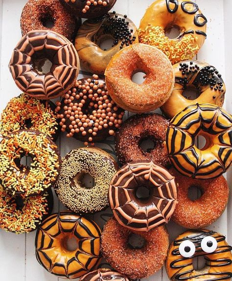 The talented Hollie Baker.rebel's delightful donut display just gave our Halloween spirit a serious boost!🍩🎃 (Photo and donuts: Hollie Baker.rebel, Source by sakuramorales Halloween Donuts, Halloween Chic, Pasteles Halloween, Spirit Halloween, Holidays Halloween, Halloween Treats, Happy Halloween, Halloween Decorations, Halloween Party