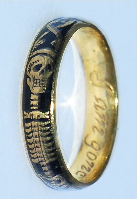 Momento Mori Ring, circa 1700. I want one of these so bad! but it would have to be an antique!