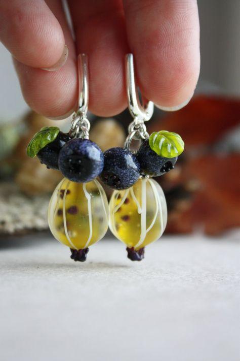 Orecchini in vetro Murano con uva spina & di TaigaLampwork su Etsy