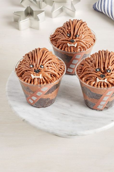 Every good event needs a delicious dessert, and who better to feature than the lovable Wookiee? We're whipping up delectable chocolatey Chewie Cake Cups that will have your guests smiling from ear to ear. Star Wars Cupcakes, Star Wars Cookies, Star Wars Cake, Star Wars Party Food, Star Wars Food, Chewbacca, Aniversario Star Wars, Gateaux Cake, Disney Food