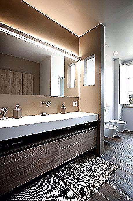 Grosser Badezimmerspiegel Mit Beleuchtung Uber Und Indirekter Beleuchtung Der Wand In 2020 Badezimmerspiegel Beleuchtung Badezimmerspiegel Indirekte Beleuchtung