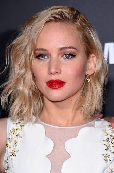 Jennifer Lawrence - włosy do ramion - Seksowne fryzury - 10 stylowych propozycji dla kobiet - Moda i uroda - Fryzury - Zdjęcie 10 - Polki.pl