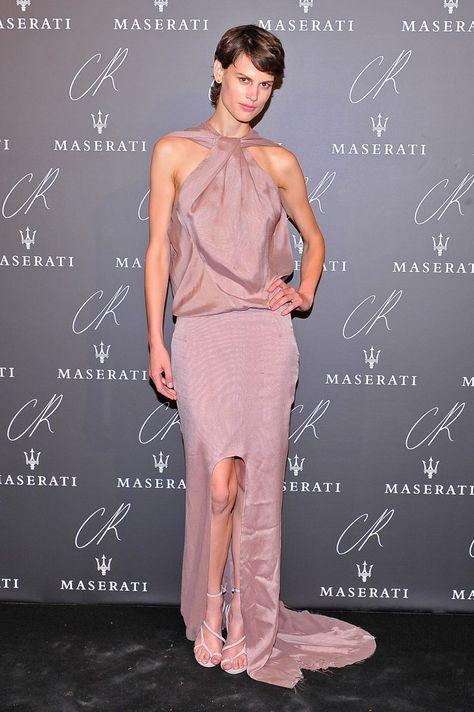 Pin for Later: Ratet mal was der Dresscode bei der größten Party der Pariser Modewoche war Saskia de Brauw Saskia zeigte sich von ihrer romantischen Seite in einem zartrosa-farbenen Abendkleid.