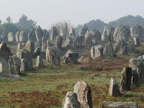 La commune de Carnac se situe à quelques kilomètres au nord de la presqu'île de Quiberon. Cette petite ville de moins de 5 000 habitants est étonnante en raison de son ensemble de sites mégalithiques tels que l'alignement du Ménec, celui de Kermario ou de Kerlescan.