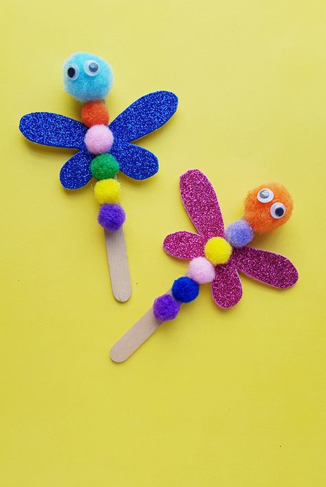 Looking for a cute, but still super easy dragonfly craft for preschoolers. Weve got you covered. Here well show you how to make a simple dragonfly craft out of popsicle sticks, pom-poms and a little Toddler Art, Toddler Crafts, Kids Crafts, Craft Kids, Creative Crafts, Easy Crafts For Toddlers, Easy Preschool Crafts, Bug Crafts, Daycare Crafts