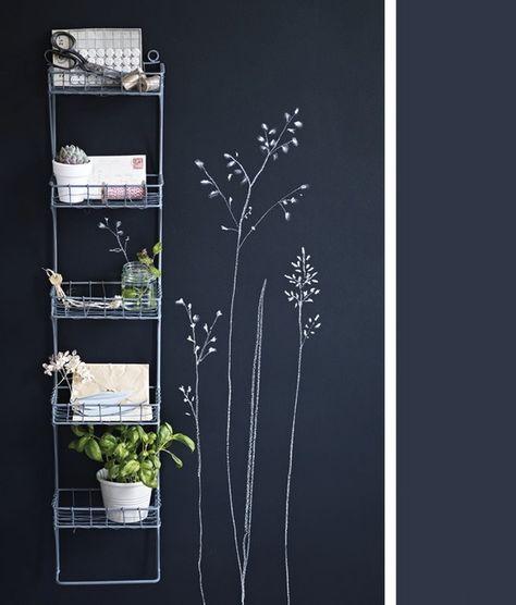 Hele donkerblauwe schoolbordverf, mooi mat en je kan je eigen decoratie aanbrengen,