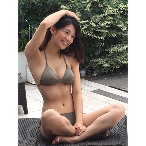 モスグリーンの水着を着てあぐらをかく佐藤美希