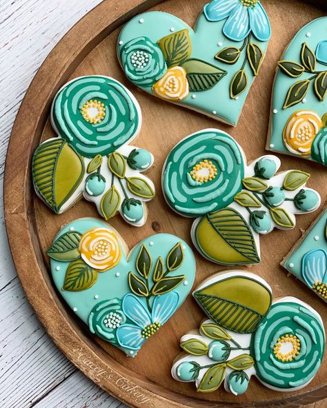 """Cacey Tacquard on Instagram: """"Sneak peek of a special box set. 💙💚 these were heavily  inspired by the beautiful florals from @riflepaperco, one of my favorite companies…"""" Mother's Day Cookies, Blue Cookies, Crazy Cookies, Fancy Cookies, Yummy Cookies, Sugar Cookies, Cookie Decorating Icing, Cookie Icing, Cookie Bouquet"""