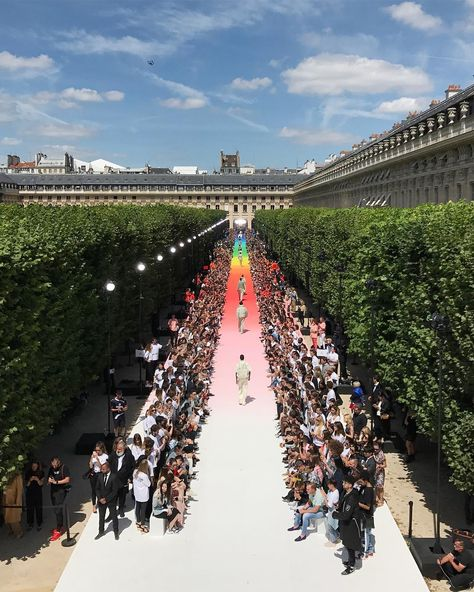 Louis Vuitton Men SS19.Produced by @la_mode_en_images_official .#LouisVuittonMenSS19 #pfw #SS19 #mensfashionshow #virgilabloh #BBNG