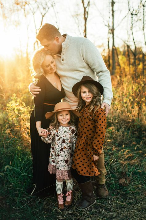 Fall Family Picture Outfits, Family Portrait Outfits, Cute Family Photos, Winter Family Photos, Fall Family Portraits, Family Portrait Poses, Outdoor Family Photos, Family Picture Poses, Family Photo Sessions
