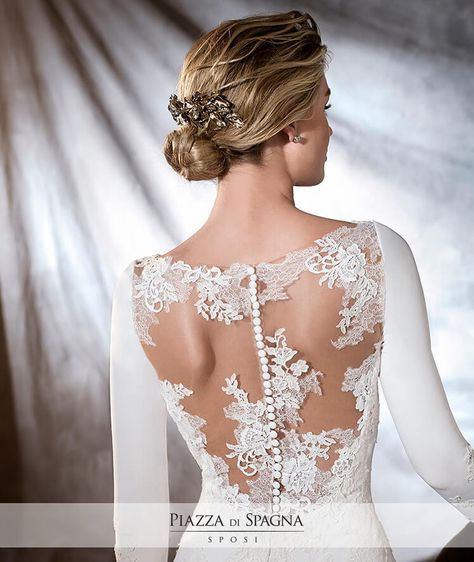 La schiena viene pregevolmente valorizzata dall'effetto tatuaggio in questo abito da #sposa #Pronovias. Scopri l'intera collezione 2017 su http://www.piazzadispagnasposi.it/collezioni/sposa/pronovias-2017/