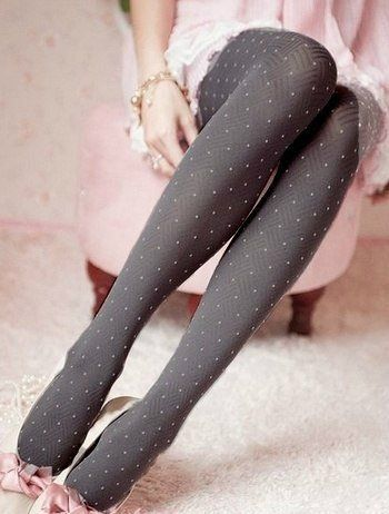 Cute, sweet gyaru: Gray tights with dots. Light pink ballerinas with bow. Light pink chiffon dress with white lace details.