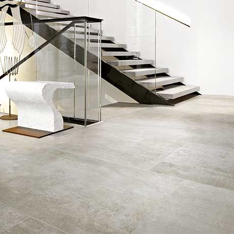 Carrelage Gres Cerame Effet Beton Use Escalier Noir Et Gris Rambarde En Verre Showroom David Decoration Interieur Design Decoration Interieure Interieur Design