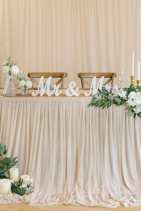 Head Table Wedding Decorations, Bridal Party Tables, Head Table Decor, Decoration Table, Head Tables, Table Clothes For Wedding, Cake Tables For Weddings, Wedding Entry Table, Wedding Mantle