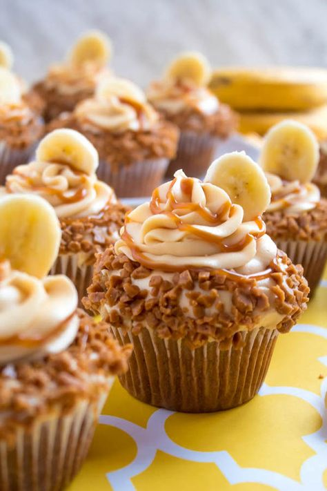These Banana Caramel are moist, fluffy, tender and have the most perfect banana flavour! Filled with homemade caramel sauce, rolled in toffee bits and topped with Caramel Cream Cheese Frosting — these cupcakes will have your taste buds going crazy! Mini Cakes, Cupcake Cakes, Baking Recipes, Dessert Recipes, Healthy Desserts, Vegan Recipes, Easy Desserts, Easy Recipes, Easy Meals