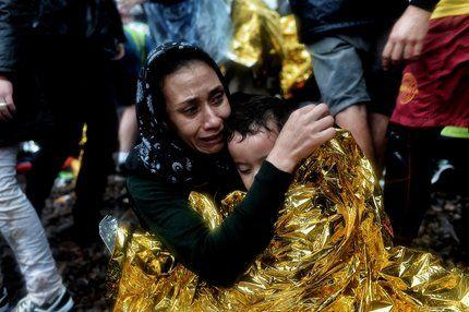 Bild zu frau kind flüchtlinge flucht lesbos griechenland