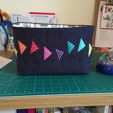 I had to make one for myself  if only to give me something to use for keeping toiletries tidy! #onehourbasket with @jeliquilts #goosingborders and #essexlinen. Pieced and quilted with @aurifil
