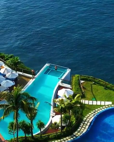The edge is a architectural masterpiece! Hanging right over the edge this infinity pool kicks your wanderlust to the limit while swimming directly over the waves with a 90 meter drop. Hell yeah - let's do this & travel there! #bali #wanderlust #vacation