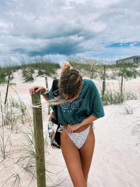 Cute Beach Pictures, Summer Pictures, Bikini Pictures, Beach Instagram Pictures, Instagram Picture Ideas, Bikini Beach Pics, Surf Bikini, Instagram Beach, Vacation Pictures