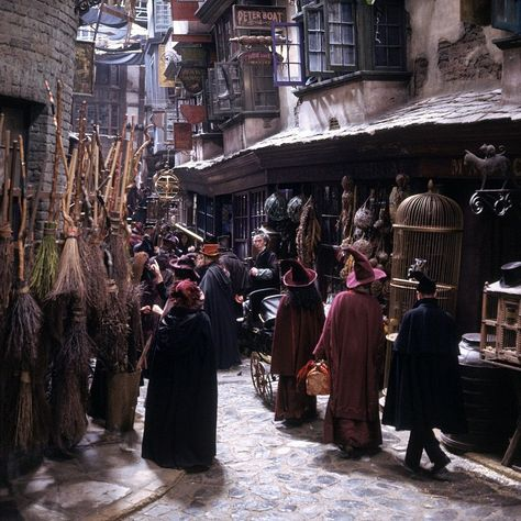 """""""I was told that Jo Rowling came onto the set of Diagon Alley on the first film, and that she just stood there, almost with a tear in her eye, because it was exactly as she had imagined it from the book."""" - Stephenie McMillan, Art Director #HarryPotter Hermione Granger, Draco Malfoy, Ginny Weasley, Décoration Harry Potter, Fans D'harry Potter, Harry Potter Universal, Harry Potter Diagon Alley, Potter Facts, Geek Culture"""