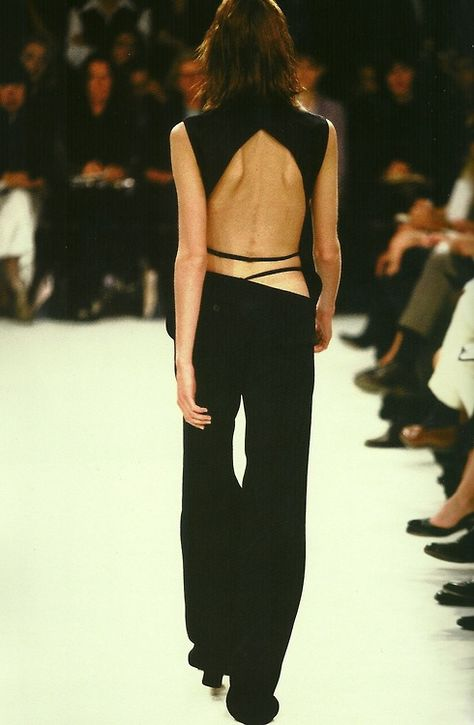 A look from the Ann Demeulemeester Spring/Summer 1996 collection. Fashion Gone Rouge, 90s Fashion, Runway Fashion, High Fashion, Fashion Show, Fashion Trends, Damir Doma, Ann Demeulemeester, Jacquemus