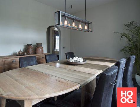 Houten eettafel met design verlichting | eetkamer design | dining ...