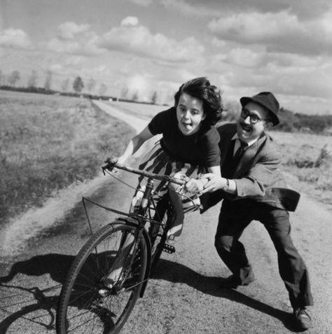 Gitta : Souvent, je ne sais pas aimer... C'est si difficile, dans ma famille...     Geste de la main gauche : - LA CRÉATURE ASPIRE À L'AMOUR.     Geste de la main droite : - LE CRÉATEUR AIME. Les deux ne sont pas encore en équilibre en toi, et cela durera encore longtemps. extrait Dialogues avec l'ange //// La jeune fille au vélo photo Robert Doisneau 1950.