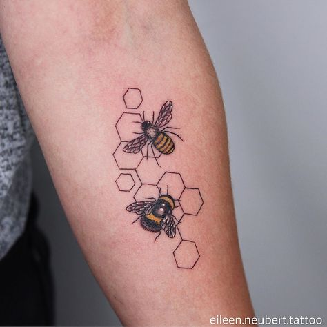 Time Tattoos, New Tattoos, Body Art Tattoos, Small Tattoos, Sleeve Tattoos, Cool Tattoos, Tatoos, Bee And Flower Tattoo, Bee On Flower