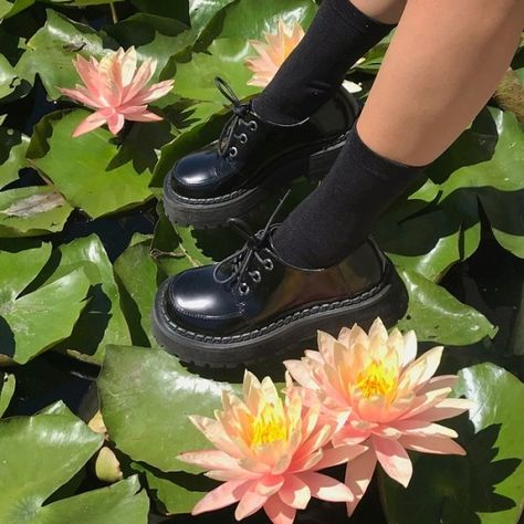 Doc Martens have been in style for almost 60 years, discover what made them so popular. We also discuss how to wear them in style! Pretty Shoes, Cute Shoes, Me Too Shoes, Funky Shoes, Aesthetic Shoes, Aesthetic Clothes, Aesthetic Fashion, Doc Martens Oxfords, Dr. Martens