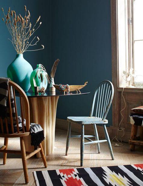 Esszimmer Holz Sitzgruppe Kamin blaue Wand Farbe Einrichten und