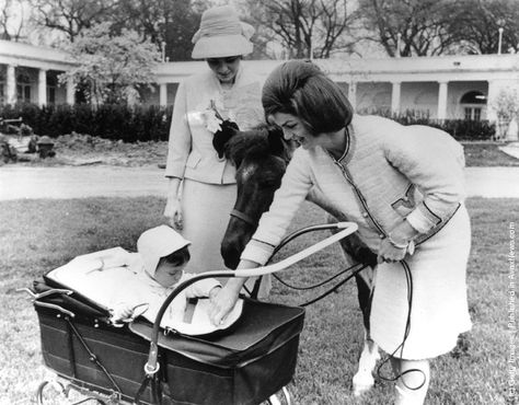 American first lady, Jackie Kennedy (1929–1994) (wife of US President John F. Kennedy), introduces her son, John Kennedy Jr. (1960–1999) to Farah, Empress Of Persia in the grounds of the White House. (Photo by Keystone/Getty Images). 1962
