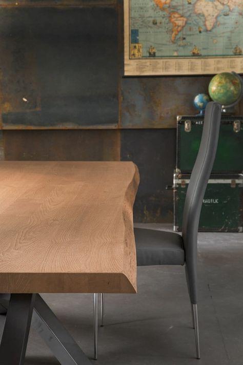 Il Tavolo Da Pranzo Di Design Con Bordi Irregolari Di Riflessi