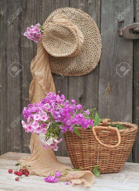 Imagine rustică a pălăriei de paie și a coșului de grădinar. Poza gratuite - Reklamní fotografie - 10600132