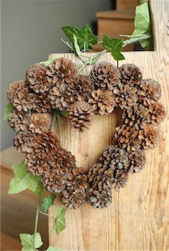 couronne de porte en forme de coeur et en pommes de pins