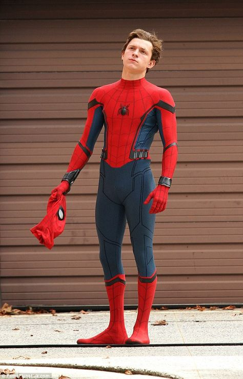 Tom Holland Challenges Chris Pratt to a Dance Off!: Photo Tom Holland pulls off his mask while filming scenes for Spider-Man: Homecoming on Tuesday (September in Queens, New York. The actor and the rest… Ms Marvel, Captain Marvel, Marvel Avengers, Marvel Comics, Funny Avengers, Tom Holland Peter Parker, Tom Parker, Amazing Spiderman, Humberto Ramos