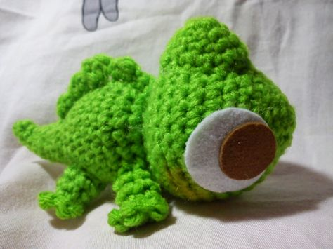 Pascal, the Adorable Little Chameleon - Free Amigurumi Pattern Below Rapunzel Doll Pattern here: http://duchessgala.blogspot.nl/2014/12/tangled.html