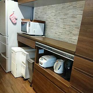 カップボード 我が家のカップボードは左から オープン 家電収納 トール棚になっています オープンのところには 冷温米びつとゴミ箱を2種類 折りたたみ脚立を置いています 家電収納のところには 炊飯器 ケトル バリスタを置いています 折りたたみ脚立は 上の
